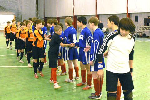 Рукопожатие перед матчем ДЮСШ-7 (синие) - РСДЮСШ (черно-оранжевые)