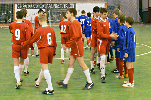 Рукопожатие перед матчем СЕВЕР ДЮСШ-10 (красные) - АСТ (синие)